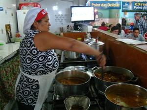Maria da Paixão Lopes da Silva, cozinheira no mercado (Foto: Ellyo Teixeira/G1)