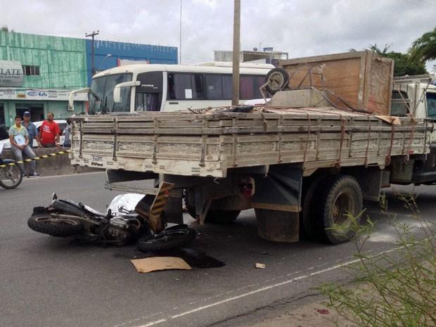 Parte da moto ficou presa na traseira do caminhão após a batida (Foto: Kety Marinho / TV Globo)
