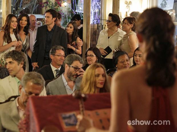 Luiza chega ao evento e chama a atenção de Laerte enquanto Helena acompanha tudo (Foto: Fábio Rocha/ TV Globo)