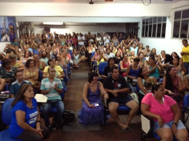 Profissionais lotaram o auditório da Escola Municipal Prof. Edilson Duarte (Foto: Ketherine Giovanessa/ SepeLagos)