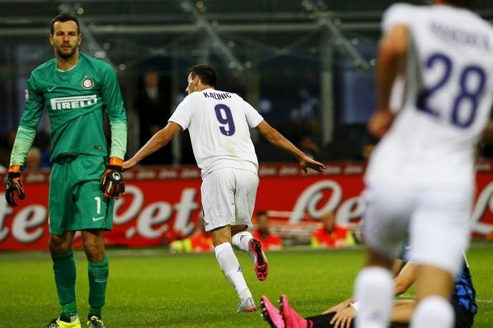 Handanovic e Nikola Kalinic - Inter de Milão x Fiorentina (Foto: Stefano Rellandini / Reuters)