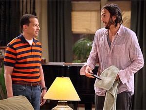 Cena do 1º episódio da nova temporada de 'Two and a half men', com Ashton Kutcher (Foto: Divulgação/CBS)