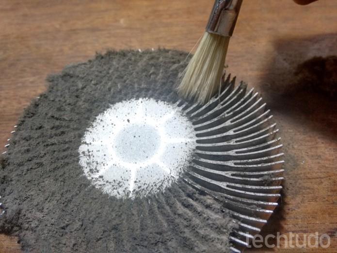 Dissipador de calor sendo limpado com pincel  (Foto: Raquel Freire/TechTudo)