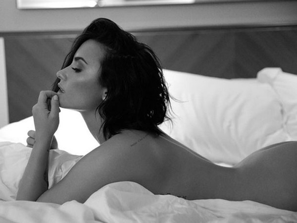 Demi Lovato posta fotos sem roupa para promover seu novo single