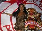 Solange Gomes se empolga no samba e mostra demais em ensaio