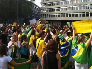 Manifestantes se reuniram em Zurique, Suíça, nesta quinta-feira (20) (Foto: Marcos Aurelio da Silva Diniz/VC no G1)