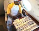 """""""Money"""" ostenta em jatinho e posa com maços de notas de 100 dólares"""