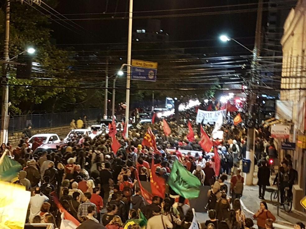 Em Florianópolis, manifestantes contrários a Temer caminharam pela Avenida Mauro Ramos (Foto: Silvia Medeiros)