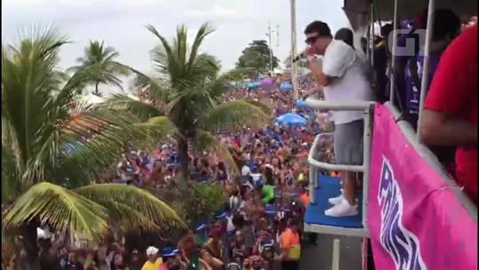 Mesmo com tempo instável no Rio, blocos arrastam multidões