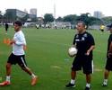 Em recuperação, Patito treina com bonecos infláveis do Santos; assista