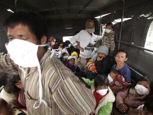 Pessoas têm de sair de suas casas (Foto: Reuters)