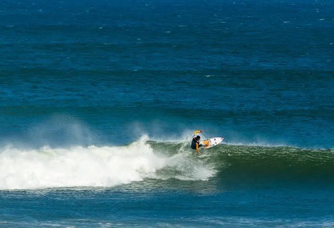Medina surfa no pico do Lagido, em Peniche (Foto: Bruno G. Camargo)