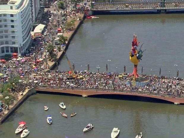 Os foliões também já ocupam as pontes do bairro de São José. (Foto: Reprodução / TV Globo)