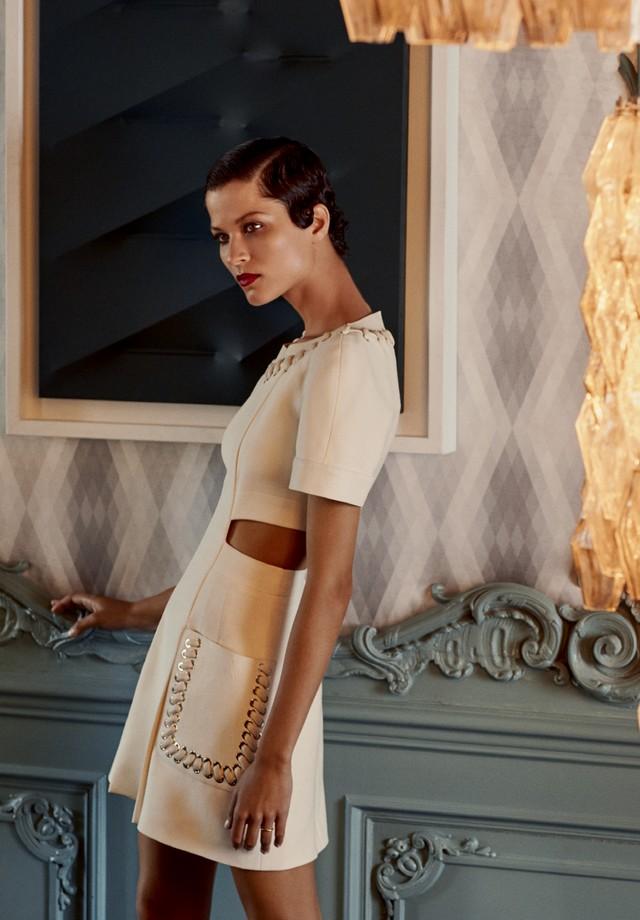 Com obra de Agostino Bonalumi ao fundo, Ari usa vestido de alfaiataria com pespontos de couro (R$ 19.730) (Foto:  Laura Sciacovelli / Styling: Viviana Volpicella)