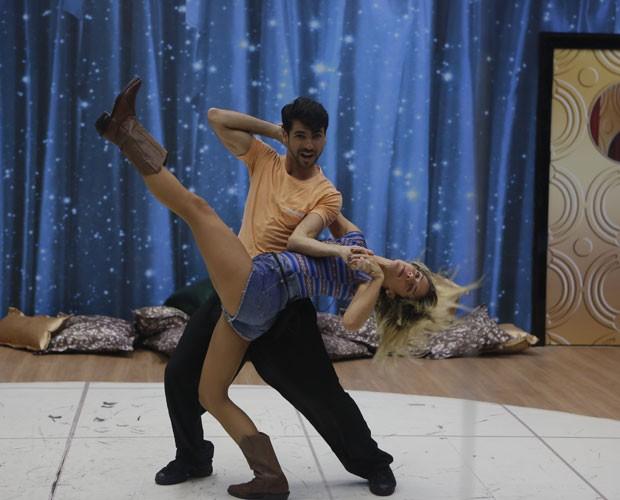 Giovanna Ewbank se joga nas acrobacias (Foto: Artur Meninea/ TV Globo)