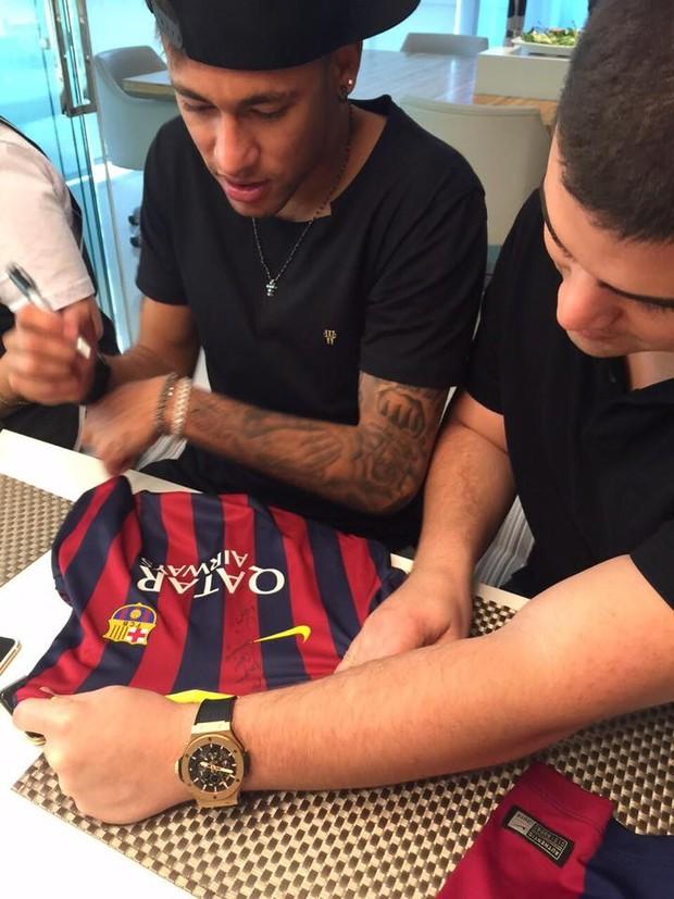 Neymar autografa camisa do Barcelona (Foto: Divulgação)