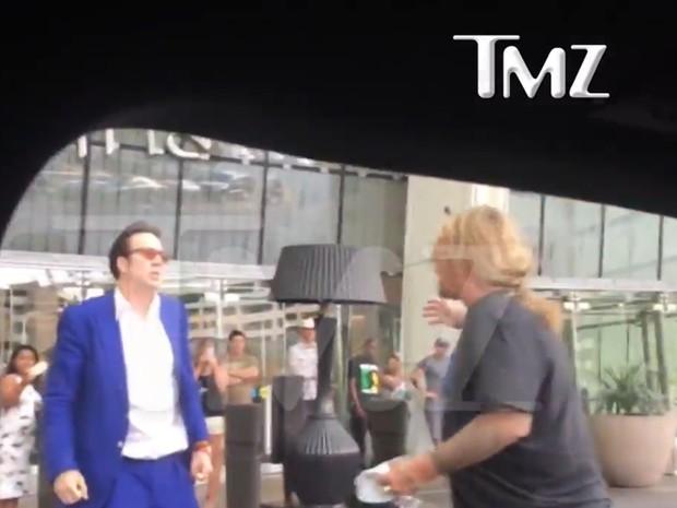 Vídeo do site TMZ mostra discussão entre NIcolas Cage e Vince Neil em Las Vegas (Foto: Reprodução / TMZ)