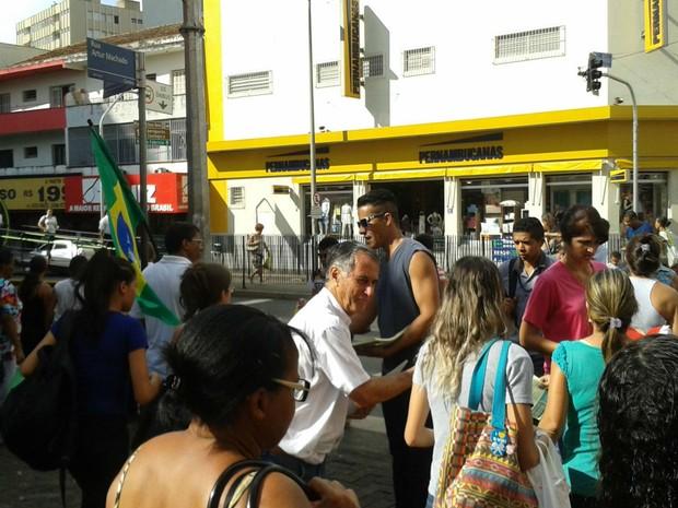 Grupos distribuem panfleto contra o impeachment em Uberaba (Foto: Alex Rocha/G1)