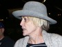 Sem maquiagem, Sharon Stone exibe cicatriz no pescoço