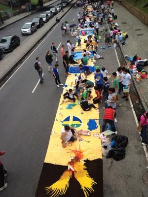 Grupo monta tapete de sal no dia de Corpus Christi, no Centro da cidade (Foto: Cristiane Cardoso/G1)