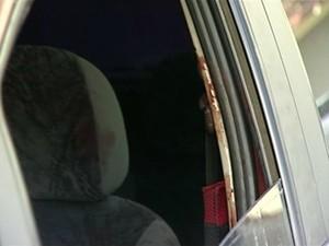 Carro foi encontrado a quilômetros do corpo, com marcas de sangue (Foto: Reprodução/TV Gazeta)