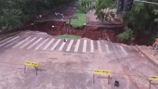 Imagens aéreas mostram cratera 'gigante' aberta em avenida de Assis