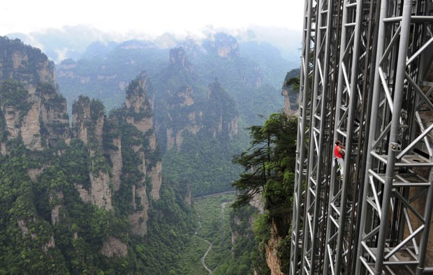 Jean-Michel Casanova escalou o maior 'elevador panorâmico do mundo' (Foto: China Daily/Reuters)