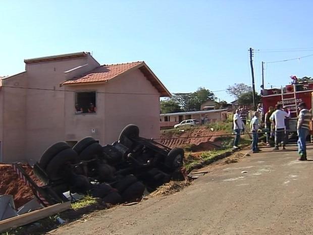 Asfalto cedeu e causou queda do caminhão (Foto: Reprodução / TV TEM)