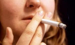 Mulher fuma cigarro (Foto: PA/BBC)