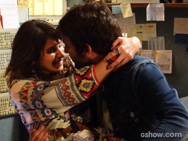 Os dois se beijam, apaixonados!  (Foto: Geração Brasil/TV Globo)
