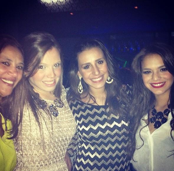 Bruna Marquezine posa para foto em balada de Santos (Foto: Reprodução / Instagram)