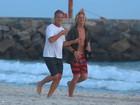 Marcello Novaes corre com o filho em praia do Rio