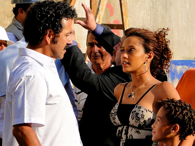 Penha aprova o novo Sandro (Foto: Cheias de Charme / TV Globo)