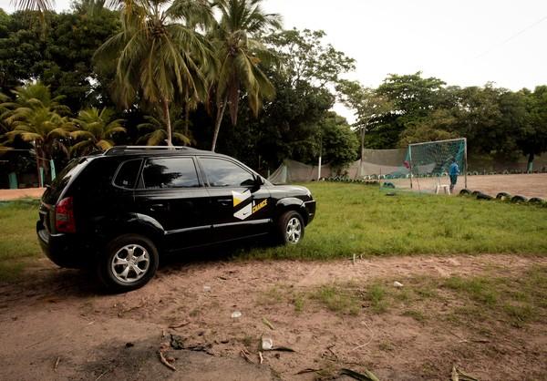Carro de A Chance chegando para visitar o time Show de bol (Foto: NikeFutebol - Divulgação)