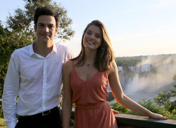 Mateus Solano e Camila Queiroz gravam nova novela em Foz do Iguaçu (Foto: Divulgação/TV Globo)