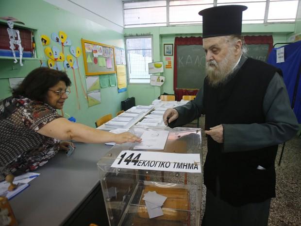 Padre ortodoxo grego vai às urnas em Atenas, na Grécia, neste domingo (17) para as eleições parlamentares que irão decidir o futuro do euro no país. (Foto: REUTERS/Yannis Behrakis)