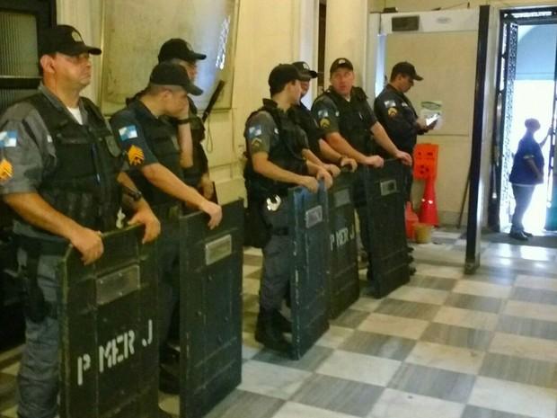PMs fazem a segurança dentro da Alerj  (Foto: Leonardo Cardoso)