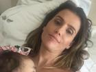 Deborah Secco mostra filha, Maria Flor, dormindo em seu colo