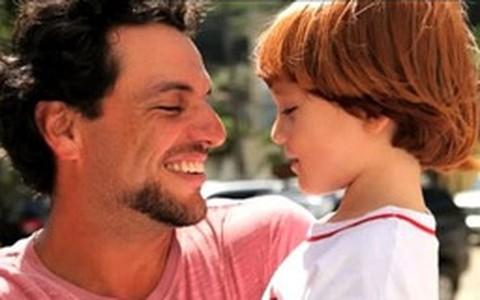 Rodrigo Lombardi diz que é importante se adaptar aos hábitos dos filhos