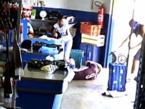 Câmera flagrou momento em que assaltante dispara contra o PM aposentado em Pitangueiras, SP (Foto: Reprodução/EPTV)