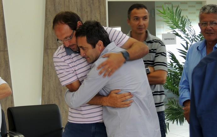 Gelson abraça Emerson Almeida, companheiros de Tigre e colegas de Alexandre (Foto: João Lucas Cardoso)