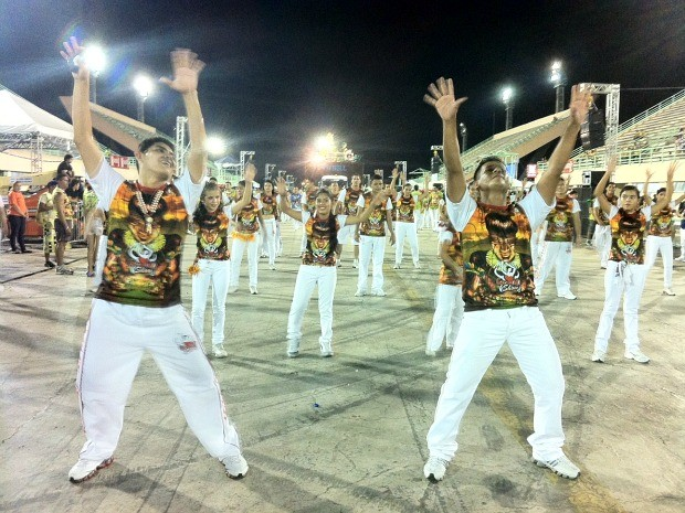 Brincantes dançam e fazem coreografias ao som de boi-bumbá (Foto: Girlene Medeiros/G1 AM)