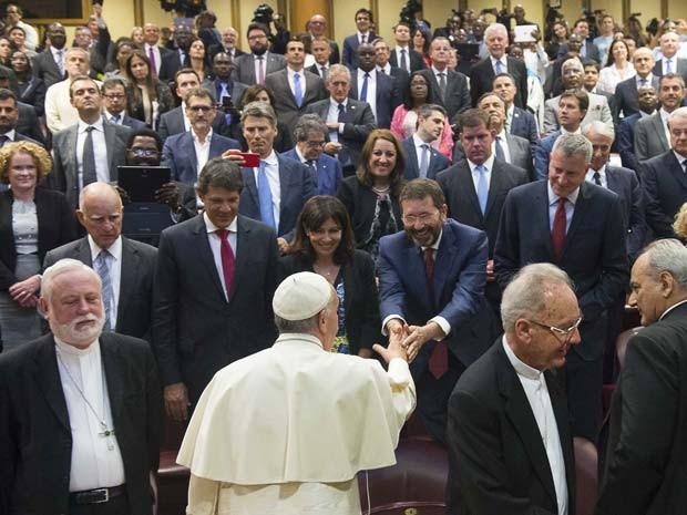 Papa Francisco cumprimenta Ignazio Marino, prefeito de Roma, durante conferência nesta terça-feira (21) no Vaticano (Foto: AP Photo/L'Ossservatore Romano, Pool)