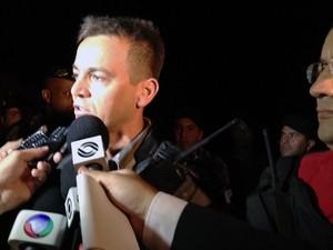 Capitão Juliano Amaral concede entrevista sobre o resgate dos reféns (Foto: Fábio Almeida/RBS TV)