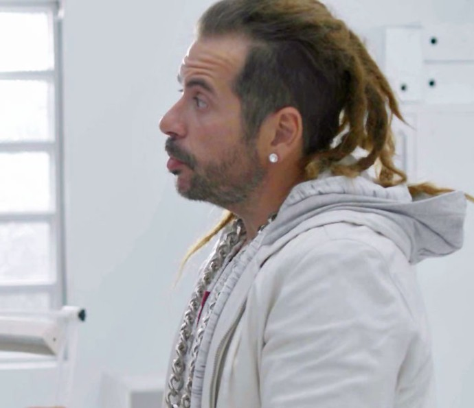 Leandro Hassum aparece com dreads no cabelo para cena de 'Chapa Quente' (Foto: TV Globo)