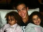 Pai coruja! Ronaldo posta foto de três dos quatro filhos e se derrama