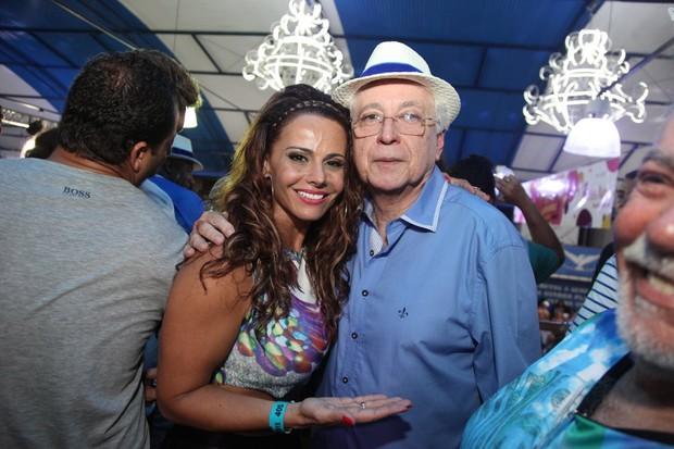 Viviane Araújo e Aguinaldo Silva na quadra da Portela na Zona Norte do Rio (Foto: Claudio Andrade/ Foto Rio News)