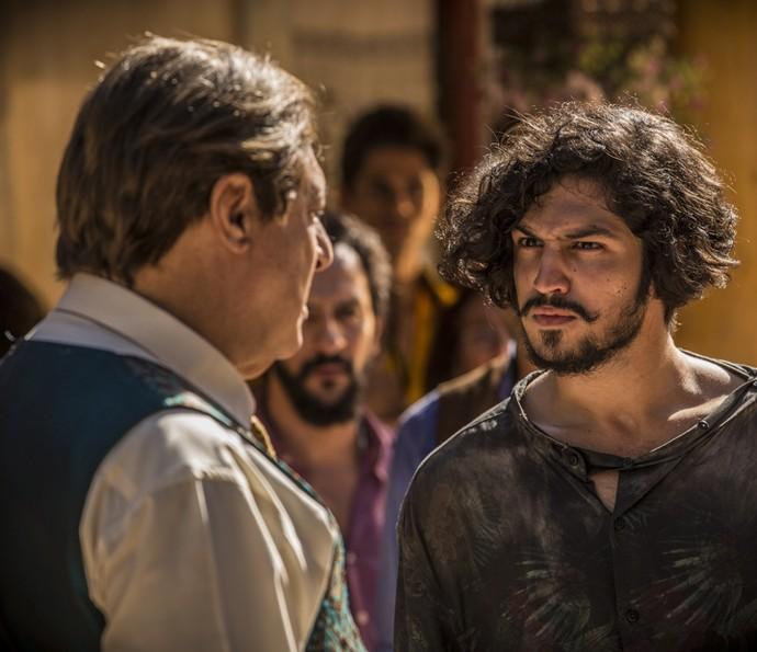 Miguel toma a frente na discussão e enfrenta Afrânio (Foto: Inácio Moraes/ Gshow)