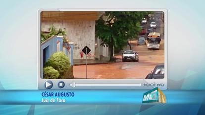 VC no MGTV: Barro desce de rua e entope bueiro em Juiz de Fora