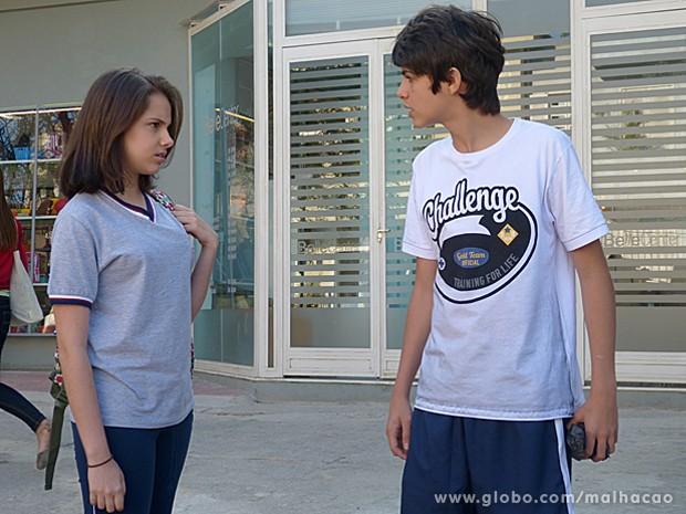 Clara chega para se declarar a Vitor, mas recebe fora do garoto (Foto: Malhação/ TV Globo)